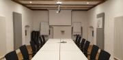 für Sitzungen gerüstet: das Reliefzimmer